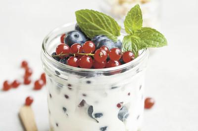Süßer Joghurt mit Früchten
