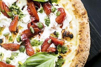 Pizza mit Oliven, Pesto & Tomaten (vgn)