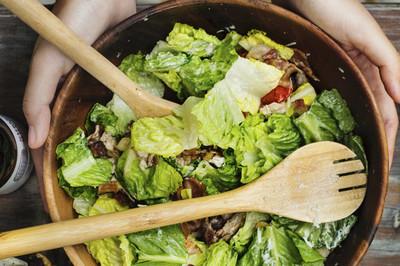 Salat mit Meerrettich-Dressing (vgn)